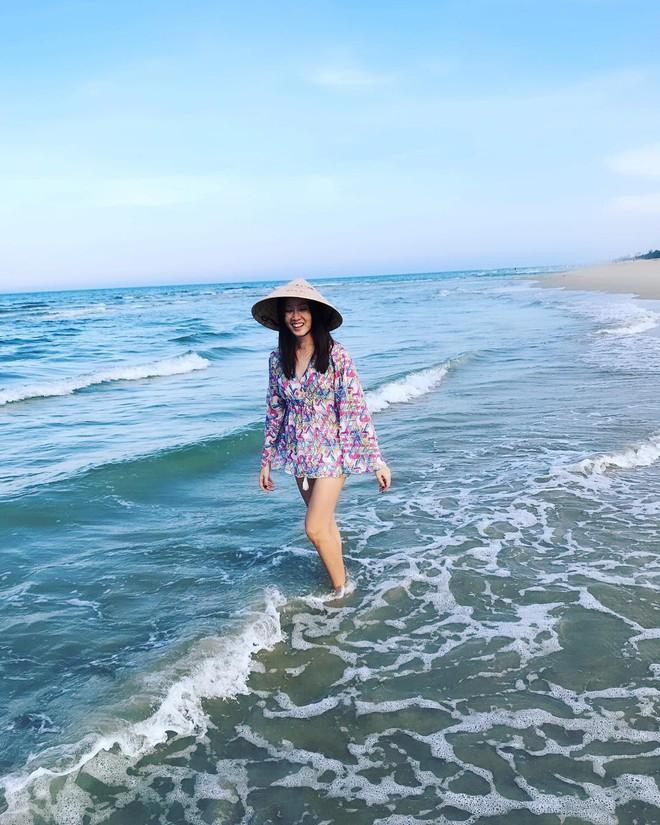 Hoa hậu Hồng Kông 1997 khoe món phở gà, đội nón lá dạo biển Đà Nẵng - Ảnh 4.