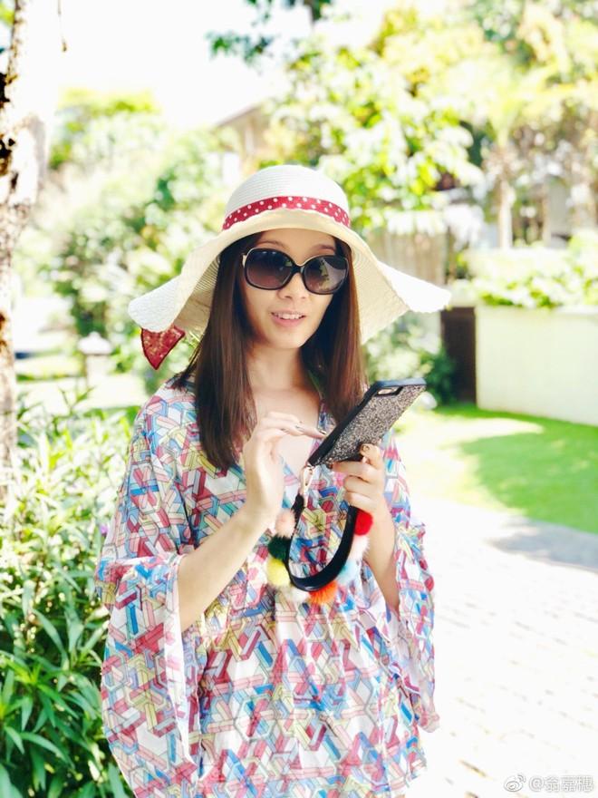 Hoa hậu Hồng Kông 1997 khoe món phở gà, đội nón lá dạo biển Đà Nẵng - Ảnh 5.