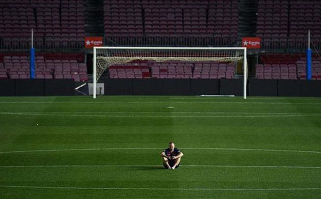 Khoảnh khắc Iniesta ngồi một mình ở Nou Camp lúc 1h sáng gây xúc động