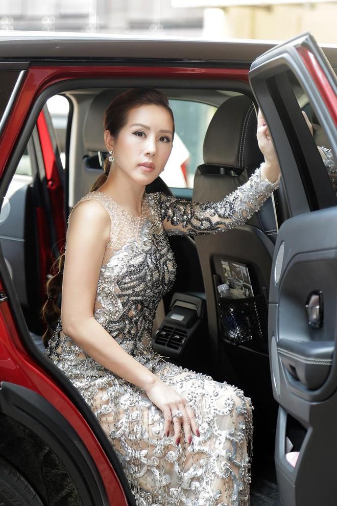 Hoa hậu Thu Hoài được đích thân Công Trí may đồ riêng để đi sự kiện - Ảnh 1.