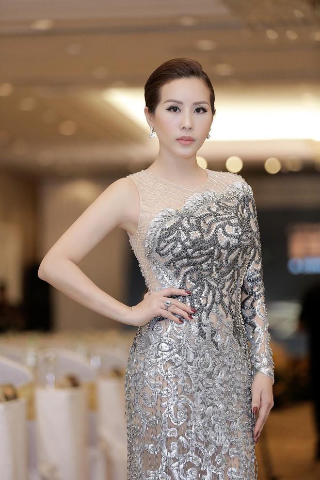 Hoa hậu Thu Hoài được đích thân Công Trí may đồ riêng để đi sự kiện - Ảnh 5.