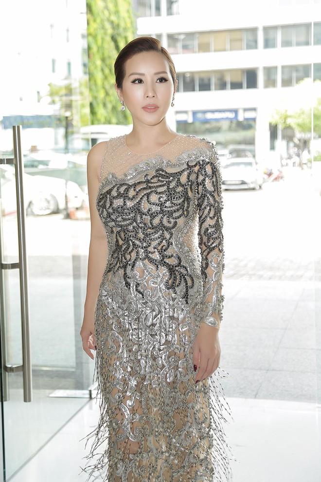 Hoa hậu Thu Hoài được đích thân Công Trí may đồ riêng để đi sự kiện - Ảnh 2.