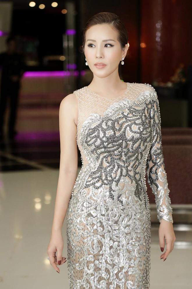 Hoa hậu Thu Hoài được đích thân Công Trí may đồ riêng để đi sự kiện - Ảnh 3.