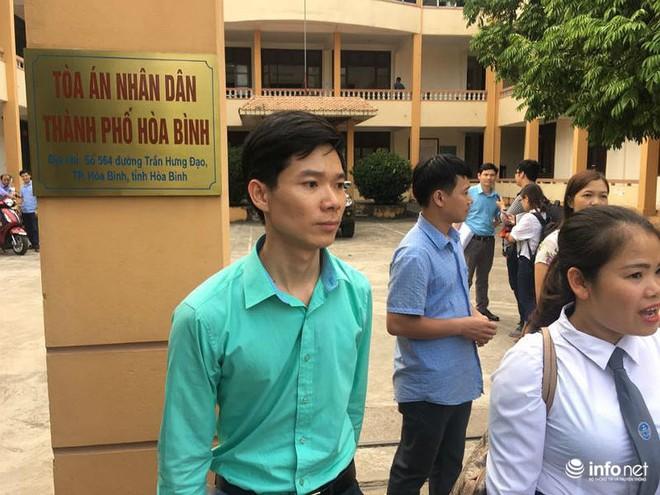 Người dân đội nắng nóng chờ được bắt tay, động viên bác sỹ Hoàng Công Lương - Ảnh 3.