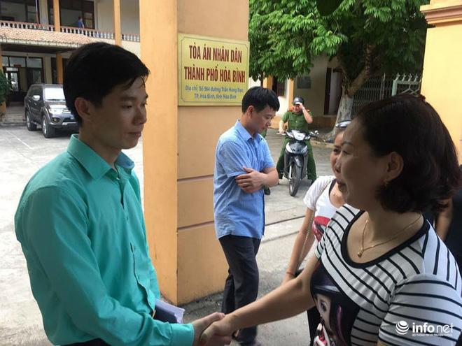 Người dân đội nắng nóng chờ được bắt tay, động viên bác sỹ Hoàng Công Lương - Ảnh 4.