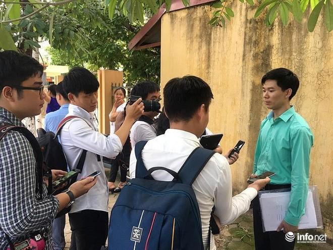 Người dân đội nắng nóng chờ được bắt tay, động viên bác sỹ Hoàng Công Lương - Ảnh 8.