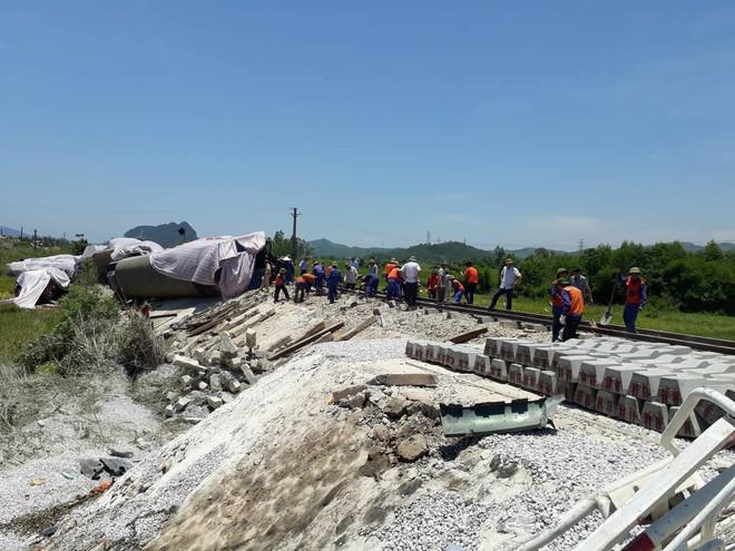Cận cảnh khắc phục sự cố sau tai nạn tàu hỏa đâm xe ben khiến 10 người thương vong - Ảnh 2.