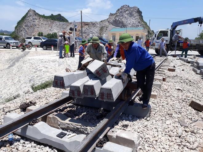 Cận cảnh khắc phục sự cố sau tai nạn tàu hỏa đâm xe ben khiến 10 người thương vong - Ảnh 5.