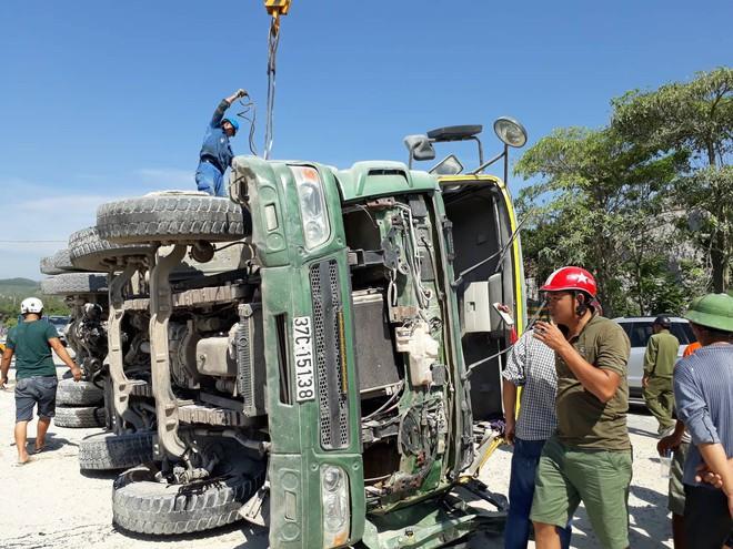Phần đầu xe tải hư hỏng nặng sau vụ va chạm với tàu hỏa.