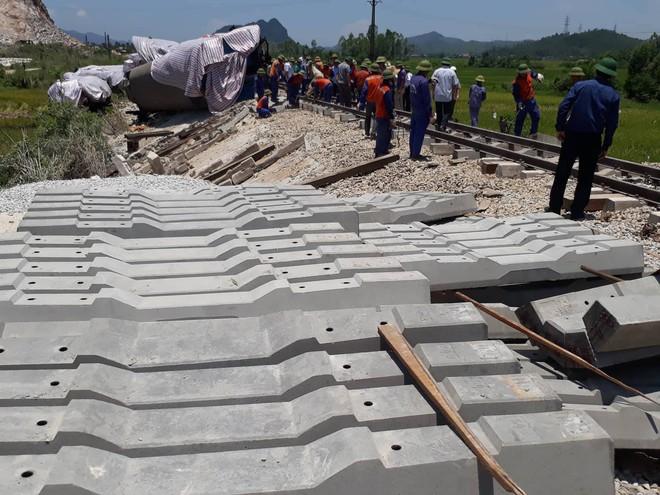 Cận cảnh khắc phục sự cố sau tai nạn tàu hỏa đâm xe ben khiến 10 người thương vong - Ảnh 7.