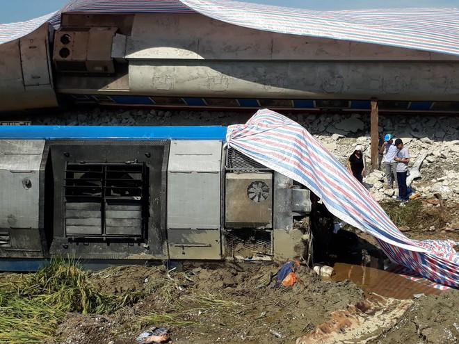 Vụ tai nạn tàu hỏa ở Thanh Hóa: Đầu máy tàu lật nghiêng khỏi đường ray.