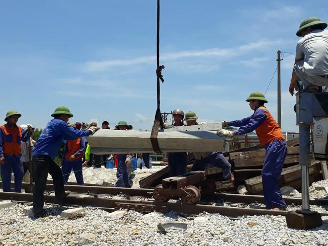 Cận cảnh khắc phục sự cố sau tai nạn tàu hỏa đâm xe ben khiến 10 người thương vong - Ảnh 9.