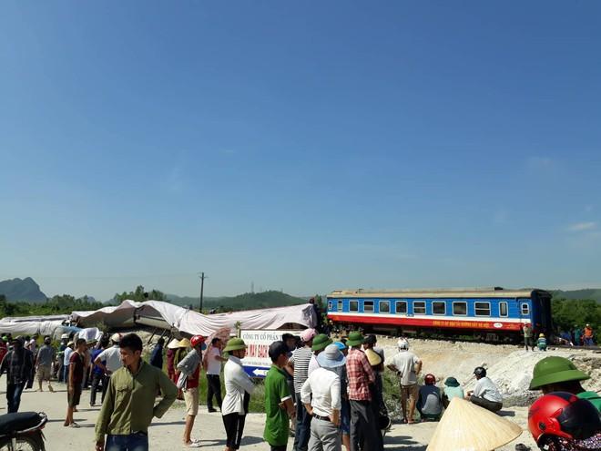 Rất đông người dân hiếu kỳ theo dõi hiện trường vụ tai nạn đường sắt ở Thanh Hóa.