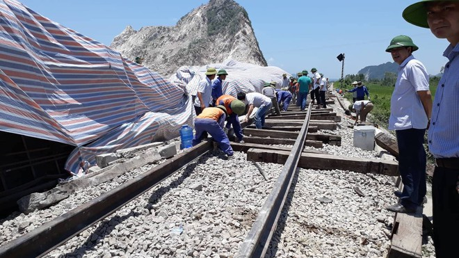Cận cảnh khắc phục sự cố sau tai nạn tàu hỏa đâm xe ben khiến 10 người thương vong - Ảnh 13.