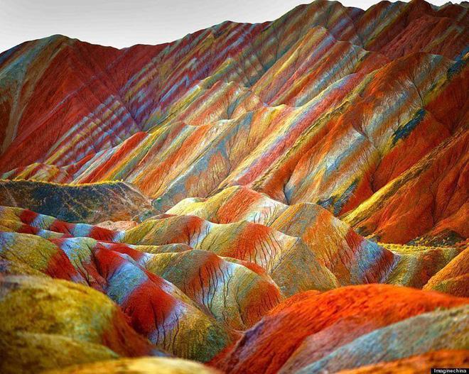 Bạn không hoa mắt đâu, đây chính là ngọn núi cầu vồng rực rỡ đẹp mê lòng người nổi tiếng ở Trung Quốc - Ảnh 1.
