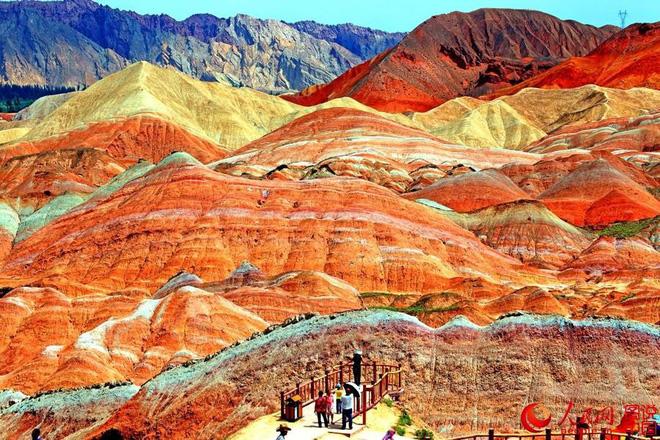 Bạn không hoa mắt đâu, đây chính là ngọn núi cầu vồng rực rỡ đẹp mê lòng người nổi tiếng ở Trung Quốc - Ảnh 2.