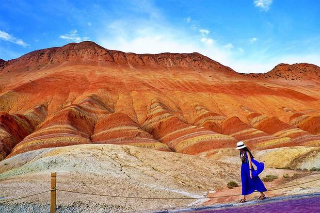Bạn không hoa mắt đâu, đây chính là ngọn núi cầu vồng rực rỡ đẹp mê lòng người nổi tiếng ở Trung Quốc - Ảnh 11.