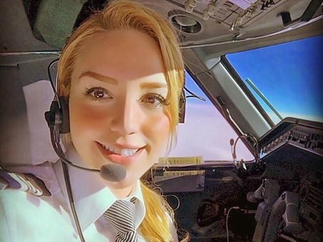 Chiêm ngưỡng nhan sắc xinh đẹp của những nữ phi công hot nhất MXH thế giới - Ảnh 20.
