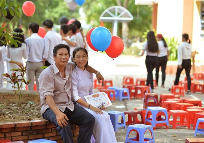 Nữ sinh trong bức ảnh 2 bố con dự lễ tổng kết năm học đang gây sốt : 10 năm nay, năm nào ba cũng cầm bóng bay đến chúc mừng con gái - Ảnh 3.