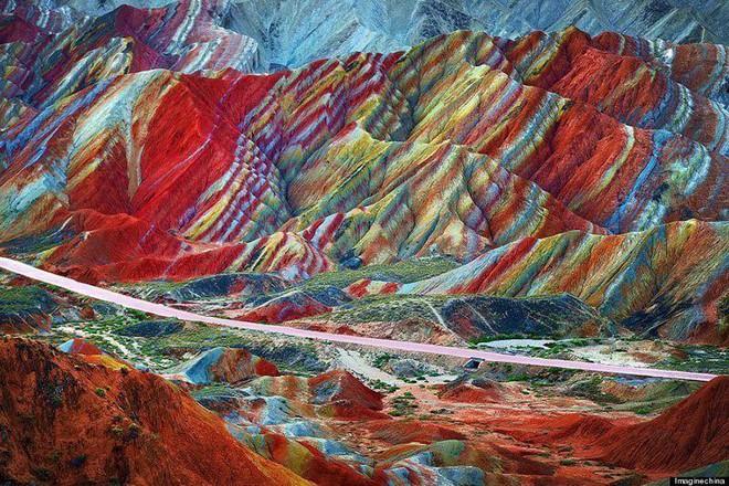 Bạn không hoa mắt đâu, đây chính là ngọn núi cầu vồng rực rỡ đẹp mê lòng người nổi tiếng ở Trung Quốc - Ảnh 3.