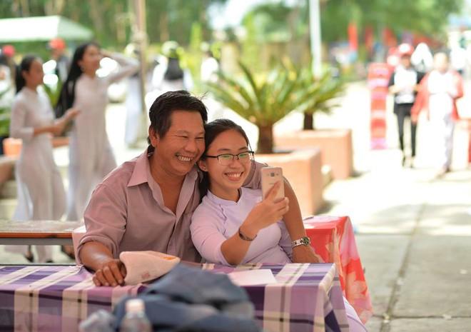 Nữ sinh trong bức ảnh 2 bố con dự lễ tổng kết năm học đang gây sốt : 10 năm nay, năm nào ba cũng cầm bóng bay đến chúc mừng con gái - Ảnh 4.