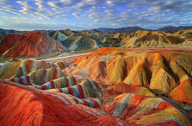 Bạn không hoa mắt đâu, đây chính là ngọn núi cầu vồng rực rỡ đẹp mê lòng người nổi tiếng ở Trung Quốc - Ảnh 4.
