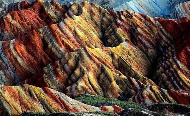 Bạn không hoa mắt đâu, đây chính là ngọn núi cầu vồng rực rỡ đẹp mê lòng người nổi tiếng ở Trung Quốc - Ảnh 5.