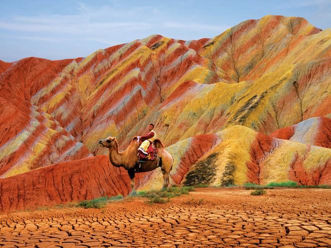 Bạn không hoa mắt đâu, đây chính là ngọn núi cầu vồng rực rỡ đẹp mê lòng người nổi tiếng ở Trung Quốc - Ảnh 6.