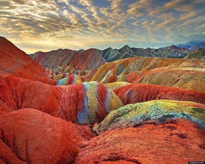 Bạn không hoa mắt đâu, đây chính là ngọn núi cầu vồng rực rỡ đẹp mê lòng người nổi tiếng ở Trung Quốc - Ảnh 7.