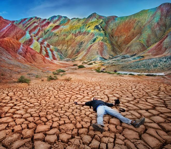 Bạn không hoa mắt đâu, đây chính là ngọn núi cầu vồng rực rỡ đẹp mê lòng người nổi tiếng ở Trung Quốc - Ảnh 8.
