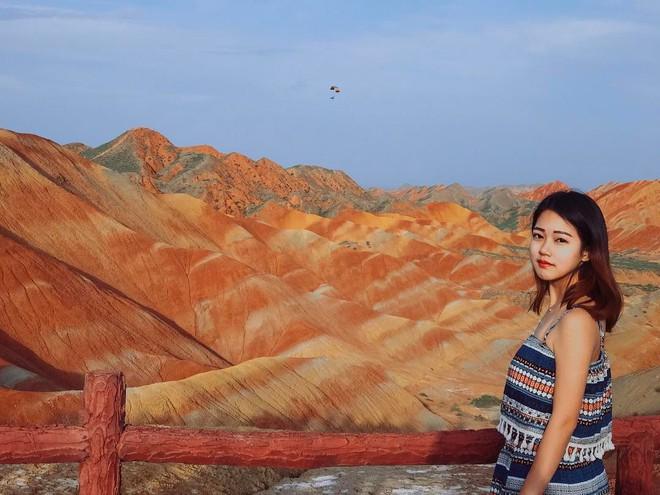 Bạn không hoa mắt đâu, đây chính là ngọn núi cầu vồng rực rỡ đẹp mê lòng người nổi tiếng ở Trung Quốc - Ảnh 9.