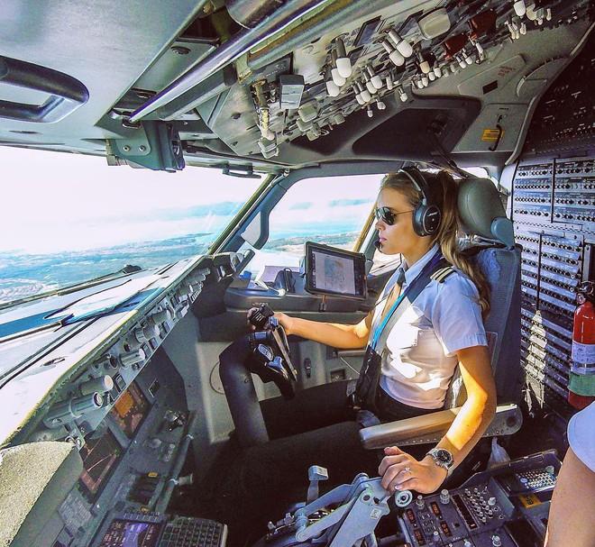 Chiêm ngưỡng nhan sắc xinh đẹp của những nữ phi công hot nhất MXH thế giới - Ảnh 10.