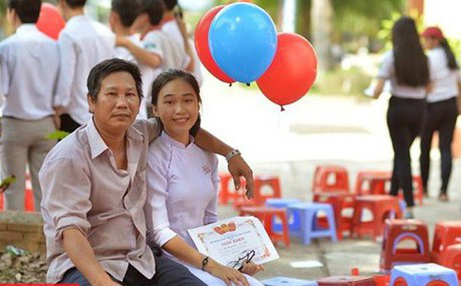 Nữ sinh trong bức ảnh 2 bố con dự lễ tổng kết năm học đang gây sốt : '10 năm nay, năm nào ba cũng cầm bóng bay đến chúc mừng con gái'