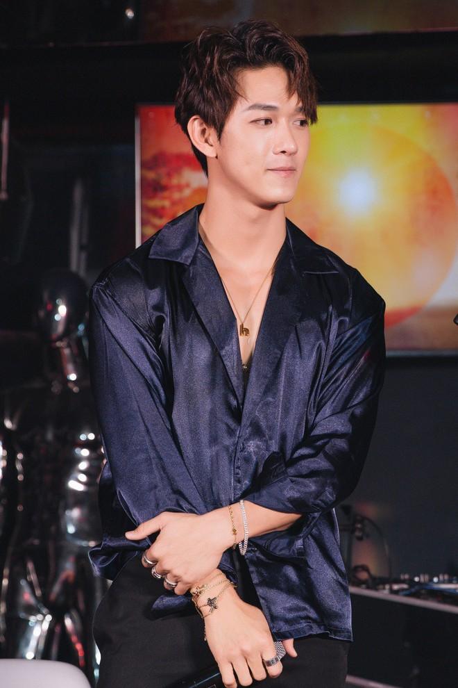 Siêu mẫu Thu Hằng mặc gợi cảm đến chúc mừng bạn trai tin đồn - Ảnh 3.