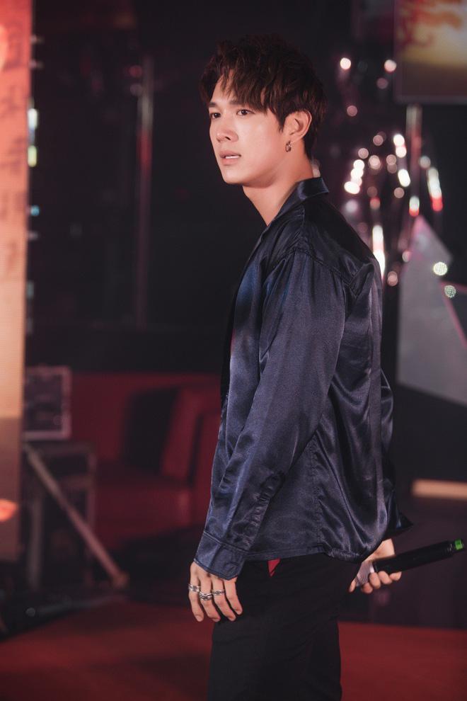 Siêu mẫu Thu Hằng mặc gợi cảm đến chúc mừng bạn trai tin đồn - Ảnh 2.