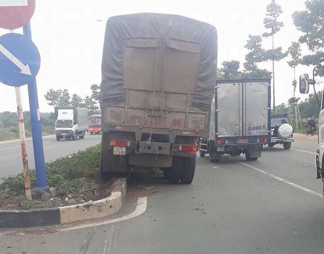 Xe tải tông xe 7 chỗ văng qua dải phân cách, nữ tài xế hoảng sợ, khóc trong xe - Ảnh 1.