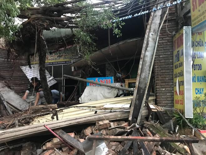 Mưa kèm gió mạnh ở Sài Gòn làm sập mái nhà, cây xanh ngã đè xe tải - Ảnh 4.