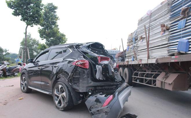 Xe tải tông xe 7 chỗ văng qua dải phân cách, nữ tài xế hoảng sợ, khóc trong xe
