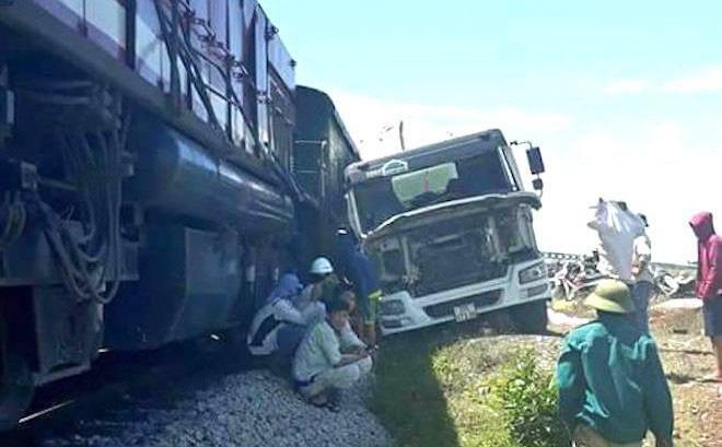 Xe tải chết máy trên đường sắt bị đoàn tàu hất văng cả chục mét
