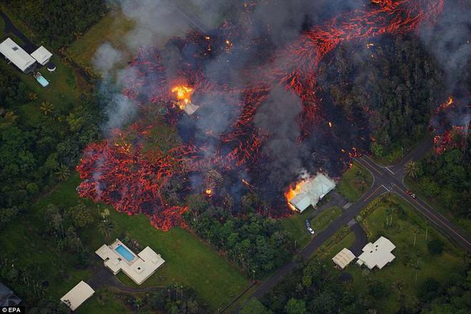 Núi lửa phun trào cực mạnh ở Hawaii, dung nham có thể được nhìn thấy từ ngoài vũ trụ - Ảnh 3.