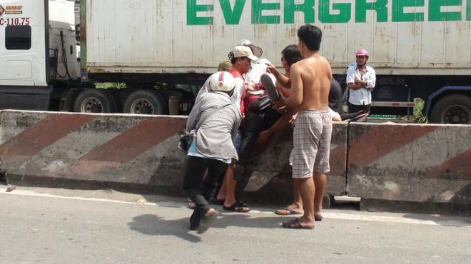 Xe khách Mỹ Hiền tông liên hoàn, 5 người bị thương nặng - Ảnh 1.