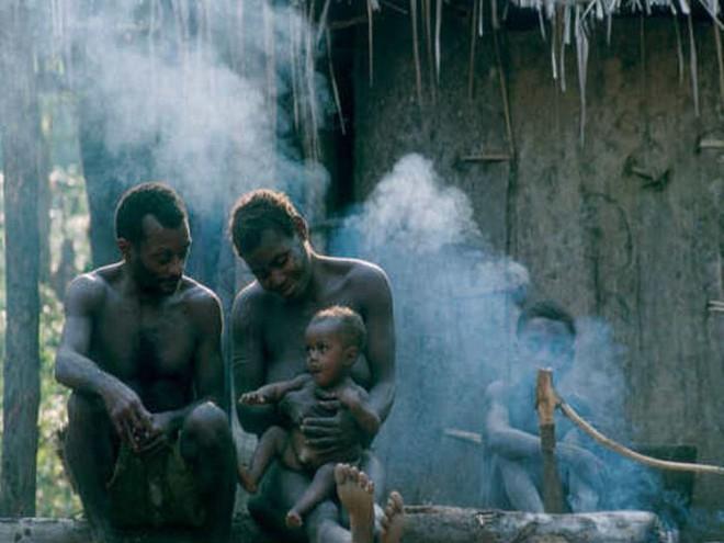 Bộ lạc bố thay mẹ cho con bú và những cách dạy con tuyệt vời từ thuở ấu thơ - Ảnh 1.