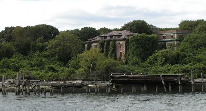 Hòn đảo đáng sợ nhất trong lịch sử Mỹ: Chỉ cách thành phố New York vài dặm, nơi giam giữ cách ly người mang bệnh dịch tới chết - Ảnh 1.