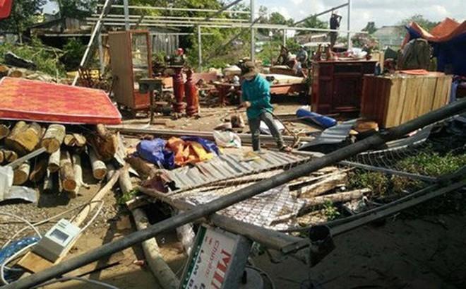 Lốc xoáy làm hàng chục nhà dân bị sập, tốc mái