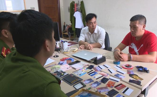 Bắt quả tang 1 người Trung Quốc dùng thẻ giả rút trộm tiền tại cây ATM