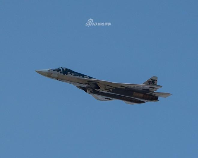 Nga mang Su-57 ra diễu binh khi vẫn chưa hoàn thiện? - Ảnh 1.