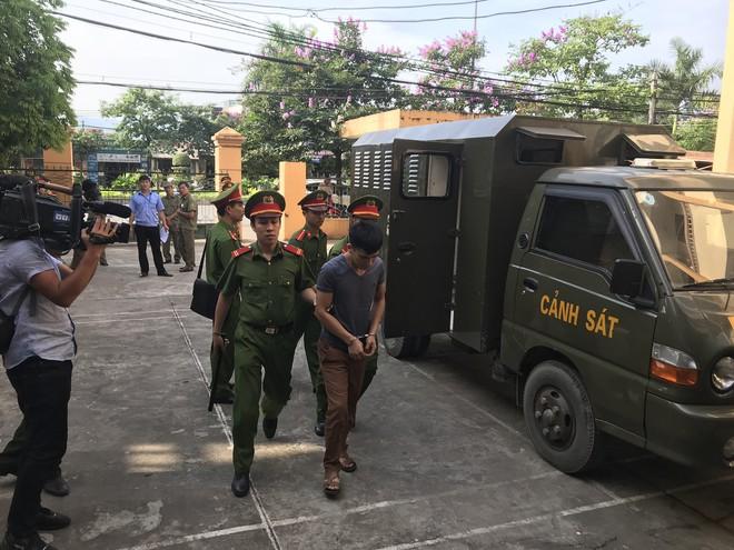 Hoãn xử bác sĩ Hoàng Công Lương sau gần 2 giờ khai mạc tòa - Ảnh 2.