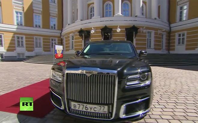 """Ông Putin đã sử dụng """"siêu xe"""" mới công nghệ vượt xa xe của ông Trump tại lễ nhậm chức?"""