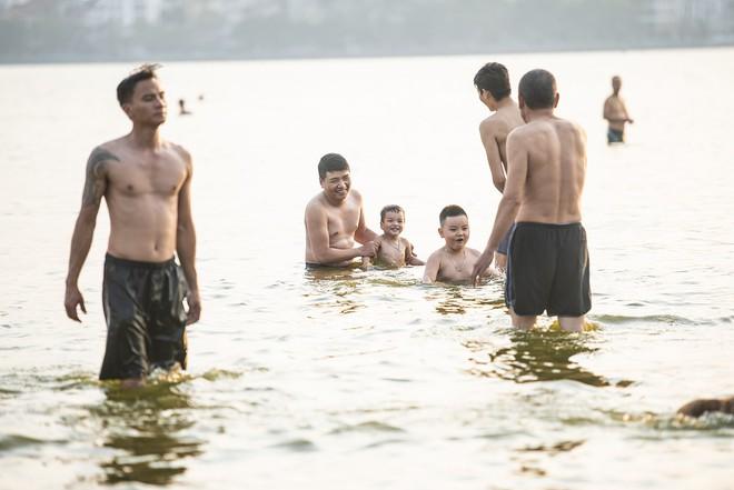 Nhiều người đưa chó cưng ra Hồ Tây cùng tắm để giải nhiệt ngày nắng nóng - Ảnh 5.