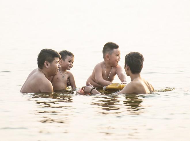Nhiều người đưa chó cưng ra Hồ Tây cùng tắm để giải nhiệt ngày nắng nóng - Ảnh 7.